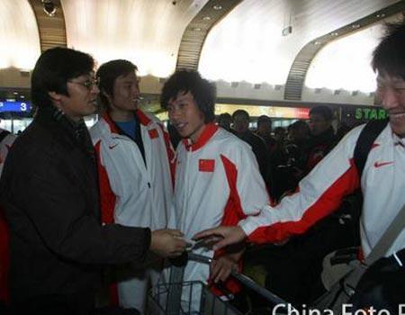 图文:国奥将士回到北京 贾秀全迎接队员