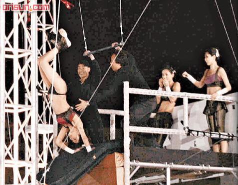 郑希怡(yumiko)前晚(12月9日)参与演出《欢乐满东华》失手掉裤子