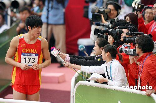 图文:刘翔亮相多哈亚运赛场 成为媒体关注焦点