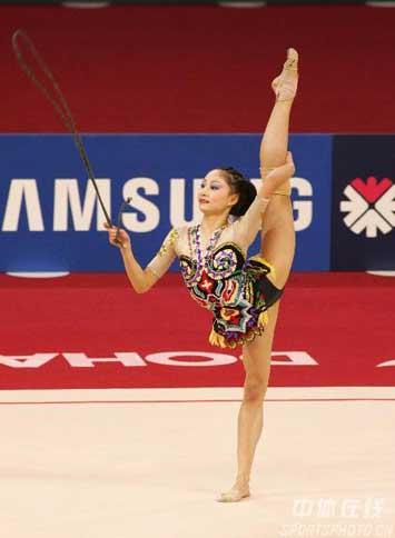 图文:肖一鸣获艺术体操个人全能铜牌 绳操比赛