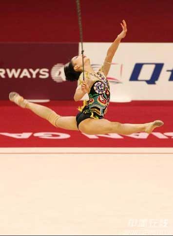 图文:获艺术体操个人全能铜牌 丁一丹在比赛