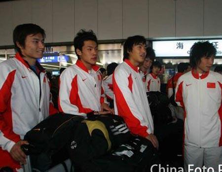 中国国奥轻松抵达北京 谢亚龙和贾秀全亲自迎接