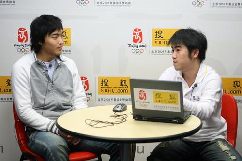 独家图片:国奥队冯潇霆做客华奥-搜狐 与主持人