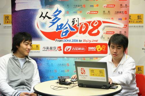 独家图片:国奥队冯潇霆做客华奥-搜狐 微笑做答