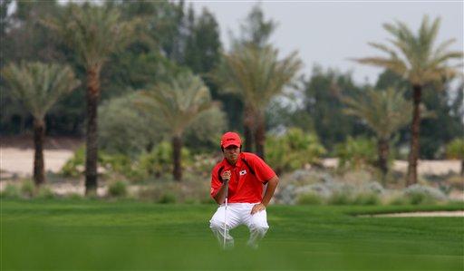 图文:多哈亚运高尔夫比赛 韩国选手演练推杆