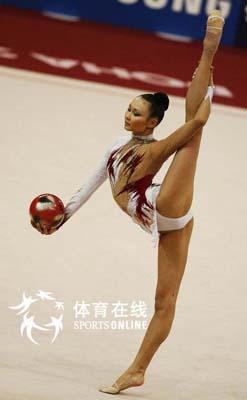 图文:艺术体操个人全能肖一鸣获铜牌 妩媚无限