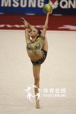 图文:艺术体操个人全能肖一鸣获铜牌 金鸡独立