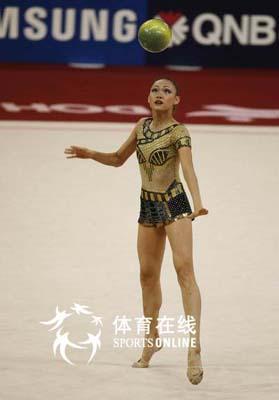 图文:亚运艺术体操个人全能肖一鸣获铜牌 凝立