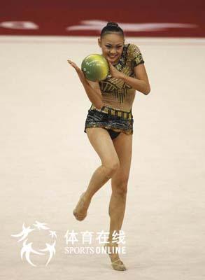 图文:艺术体操个人全能肖一鸣获铜牌 风情万种