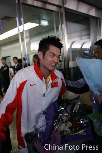 图文:中国亚运羽球健儿返京 林丹终于露出笑容