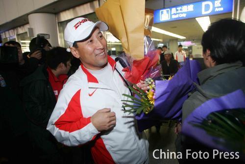 图文:中国亚运羽球健儿返京 李永波笑容满面