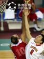 图文:中国男篮75-73黎巴嫩 朱芳雨争枪篮板