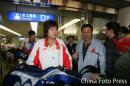 图文:中国亚运羽球健儿返京 朱琳出现在机场