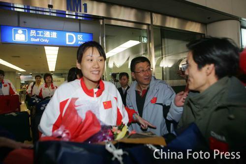 图文:中国亚运羽球健儿返回北京 黄穗笑容满面