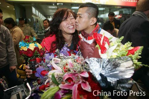 图文:中国健美队今日返京 钱吉成机场亲吻爱妻