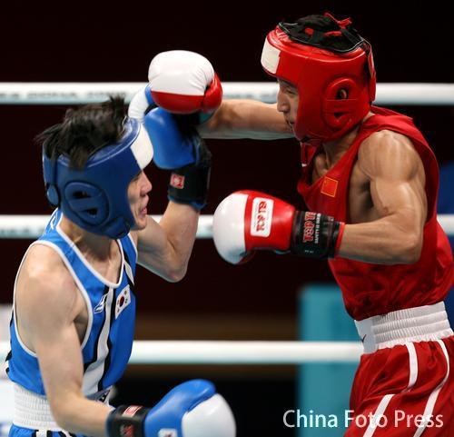 图文:拳击48公斤级半决赛邹市明晋级 积极进攻