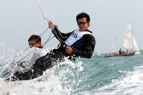 图文:香港选手唐裔盛、谢柏仁 帆船赛力争奖牌