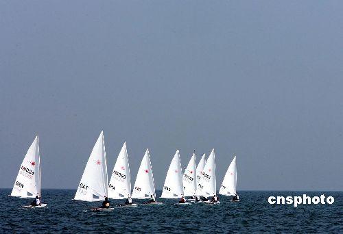 图文:海上点点白帆 多哈亚运帆船赛赛事激烈