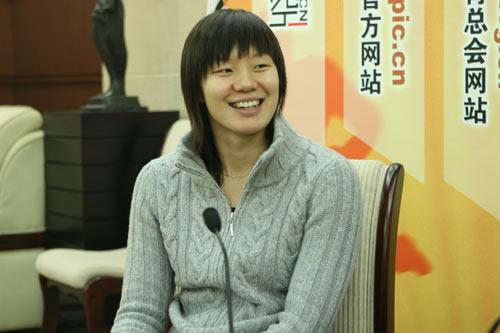 图文:亚运游泳冠军周雅菲接受华奥视频访谈
