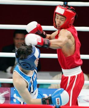 图文:邹市明男晋级子拳击48公斤级决赛 击中对手
