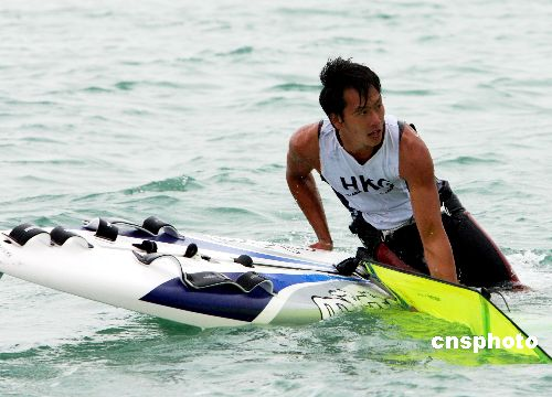 图文:多哈亚运 香港滑浪风帆选手何智豪获银牌