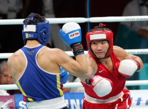 图文:男子拳击69公斤级半决赛 斯拉木进行攻击