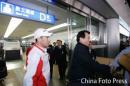 图文:亚运会羽球健儿返京 鲜花簇拥首都机场