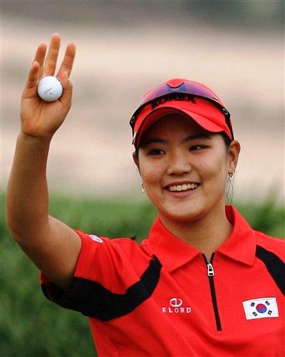 图文:亚运高尔夫韩国女单夺冠 柳素妍挥手致意
