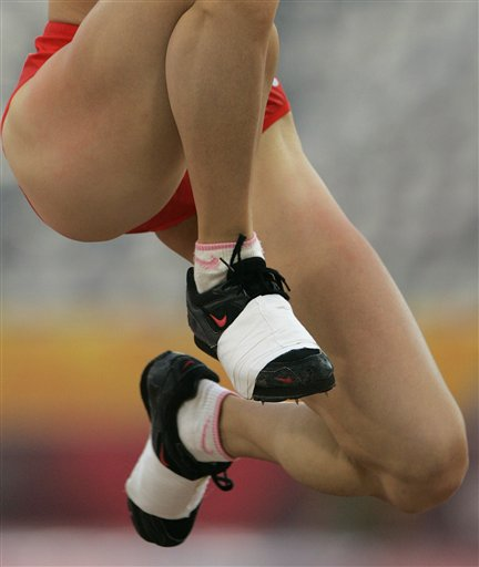 三级跳陈婷_图文:女子三级跳谢荔梅夺冠 被包裹起来的鞋子