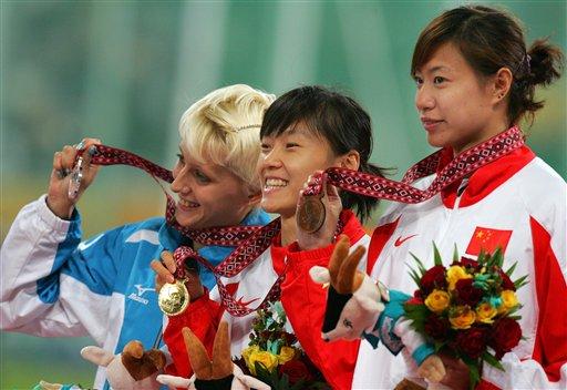 图文:亚运会女子三级跳 谢荔梅和亚季军合影