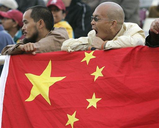 图文:亚运会女子三级跳 国旗后的铁杆粉丝