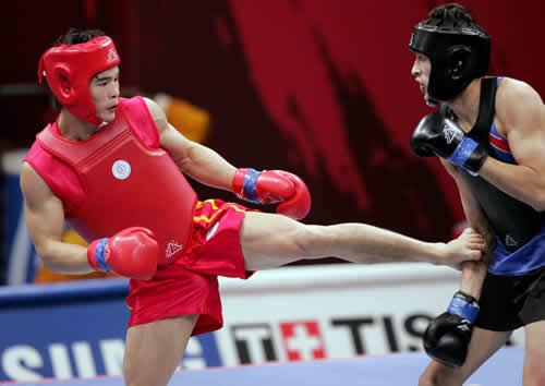 图文:赵光勇晋级散打65公斤级第二轮 踢中对手
