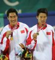 图文:中国获男子沙排冠亚军 周顺李健展示金牌