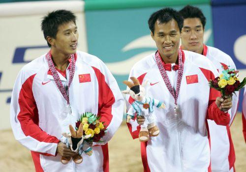 图文:中国获男子沙排冠亚军 亚军获得者领奖