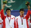 图文:中国获男子沙排冠亚军 周顺李健庆祝胜利
