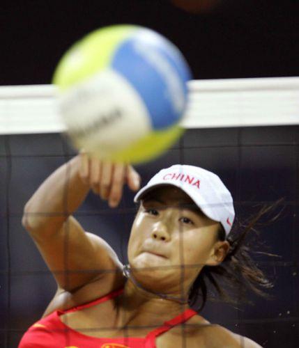 月11日下午,亚运会沙滩排球女子决赛在多哈体育临时球场进行.中