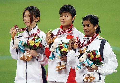 图文:田径田径女子5000米薛飞摘金 展示奖牌