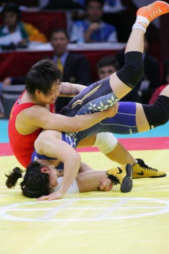图文:女子72公斤级自由式摔跤 王旭摔倒对手