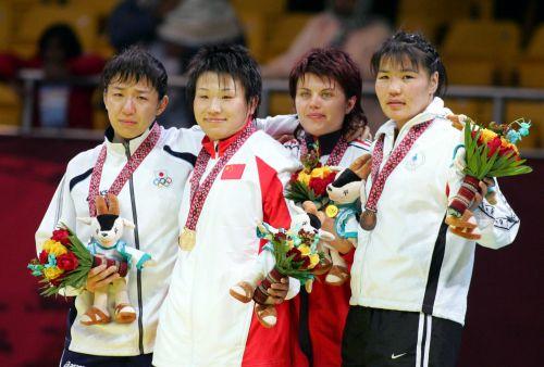 图文:女子72公斤级自由式摔跤 王旭与对手合影