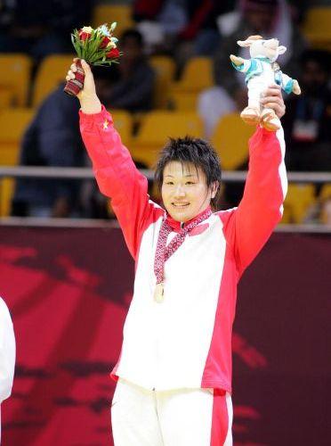 图文:女子72公斤级自由式摔跤 王旭在领奖台上