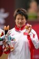 图文:女子72公斤级自由式摔跤 王旭展示奖牌