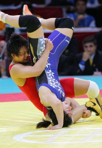 图文:女子72公斤级自由式摔跤 王旭占据上风