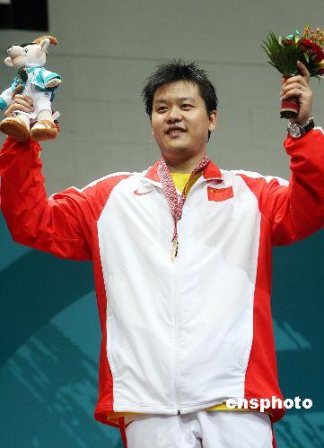 图文:亚运男子重剑决赛中国王磊摘金 登上奖台