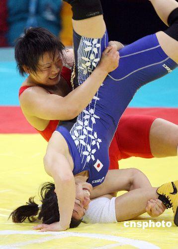 图文:摔跤女子自由式72公斤王旭摘金 摔倒对手