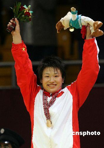 图文:摔跤女子自由式72公斤王旭摘金 登上奖台