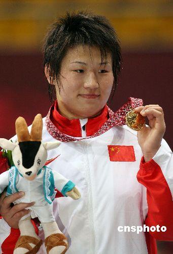 图文:摔跤女子自由式72公斤王旭摘金 展示奖牌