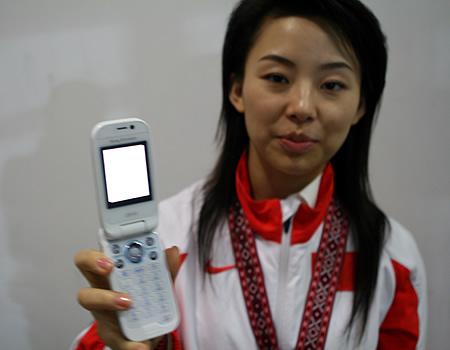 图文:潘晓婷为妈妈短信落泪 展示手机短信