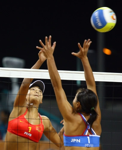 图文:薛晨/张希夺沙滩排球金牌 薛晨网前进攻