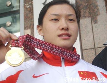 图文:曹磊回到哈尔滨 曹磊展示金牌
