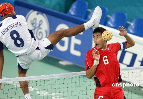 图文:男子藤球双人赛 印尼队员脚踢对手头部